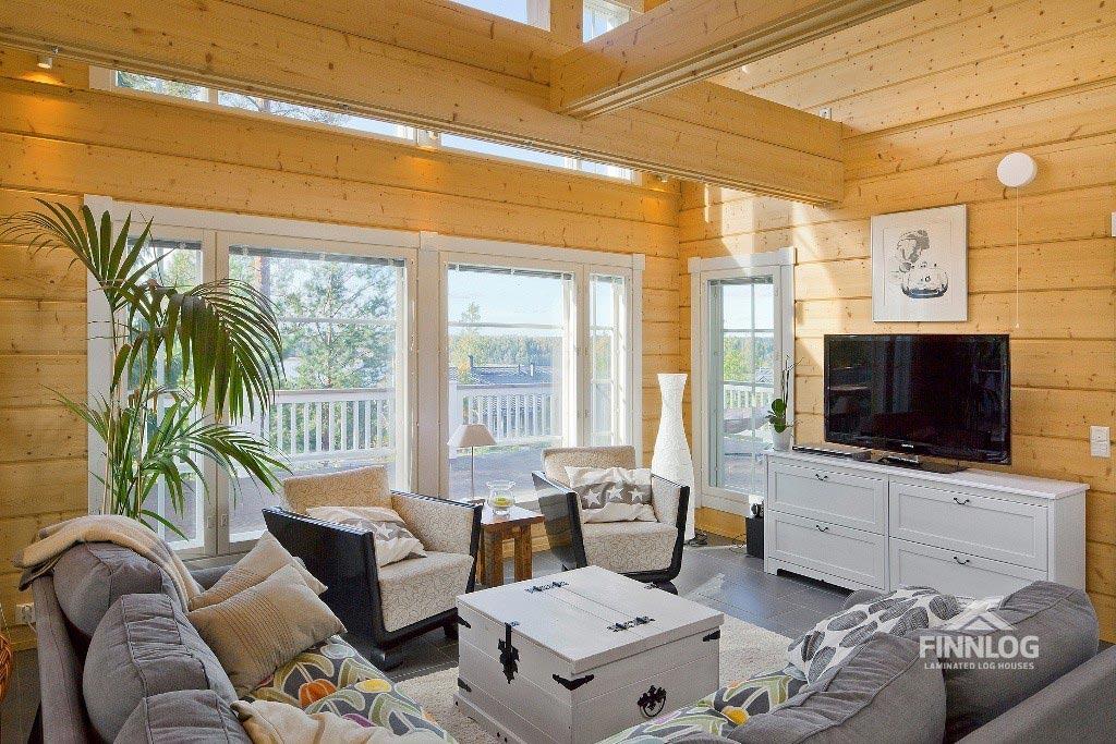 Lyra Blockhaus - Wohnbereich mit Sofa und TV